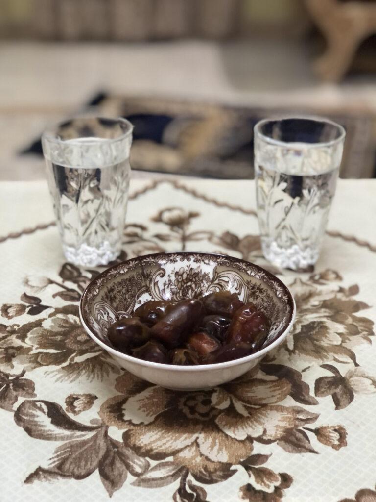 datlji v skledi in dva kozarca vode za prekinitev dnevnega posta v času ramadana