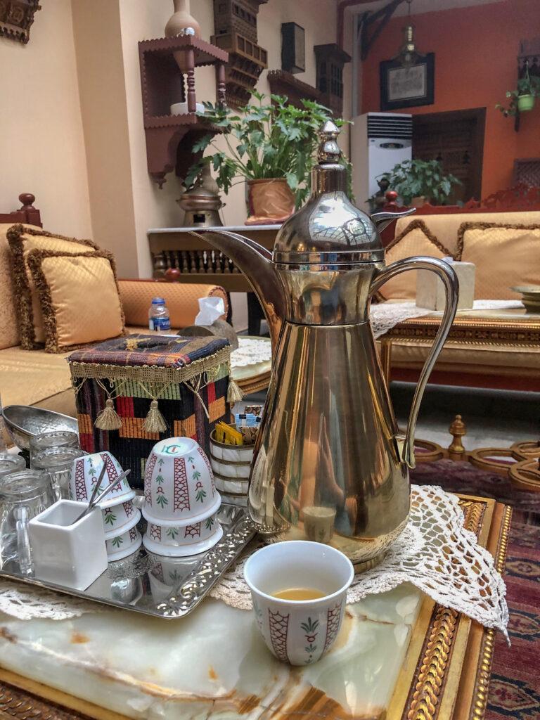 tradicionalna postrežba arabske kave, orientalski sedeži v ozadju